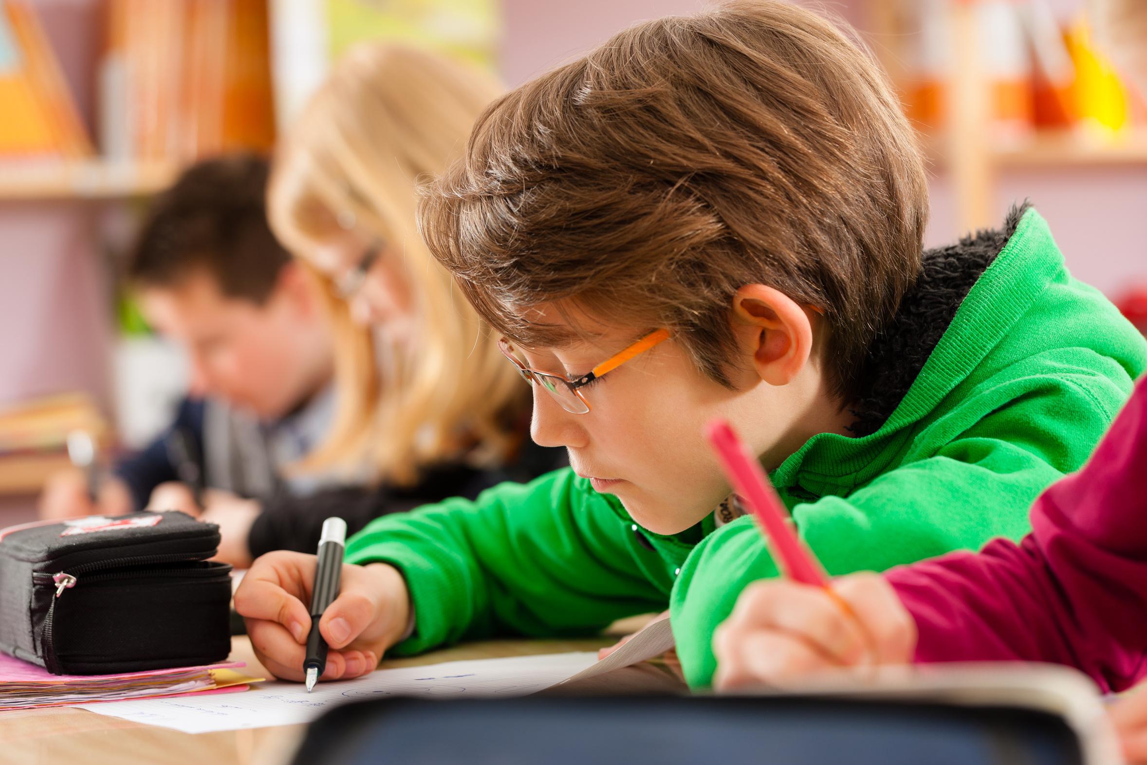 élève de primaire en classe