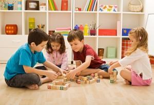 Enfants à l'école primaire et jouant avec des cubes